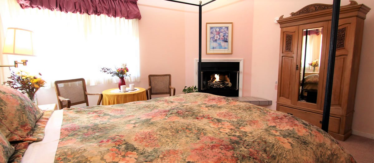 Ridge Room with bed and fireplace